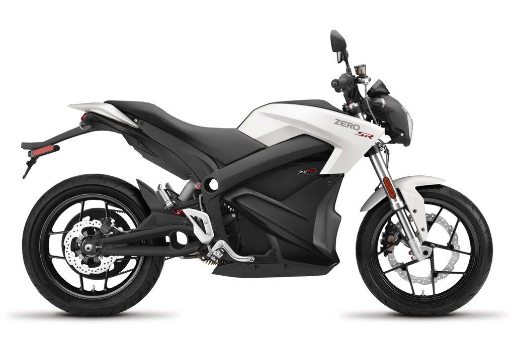 Zero SR är Zero Motorcycles hotrod för gatan med 157 Nm i vrid, ett batteri på 14,4 kWh och en räckvidd på upp till 28 mil. 6 kW inbyggd snabbladdning finns nu som tillval. 0-100 går på 3 sekunder och du har all kraft tillgänglig överallt oavsett hastighet.