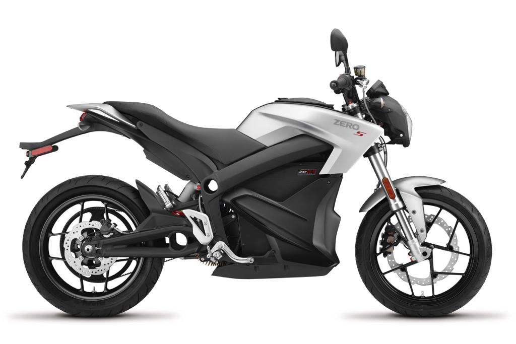 S är Zeros Streetfighter med en räckvidd på upp till 29 mil som nu kan fås med 6 kW snabbladdare inbyggd.