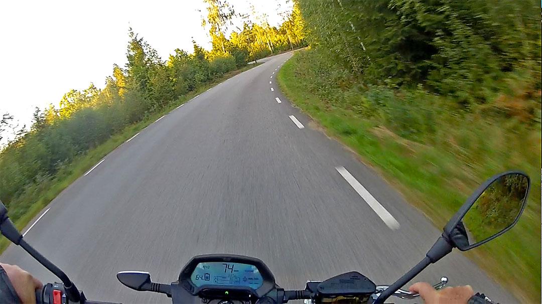 Elhojsbloggen recenserar – så är det att köra elmotorcykel. Klicka på bilden för att se recensionen.
