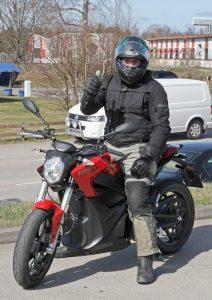 – Rolig och kul upplevelse. Det var en helt annan känsla hur det är att köra en motorcykel, säger Ekrem Begovic, hojentusiast och körlärare för MC på Davidsons Trafikskola i Växjö.