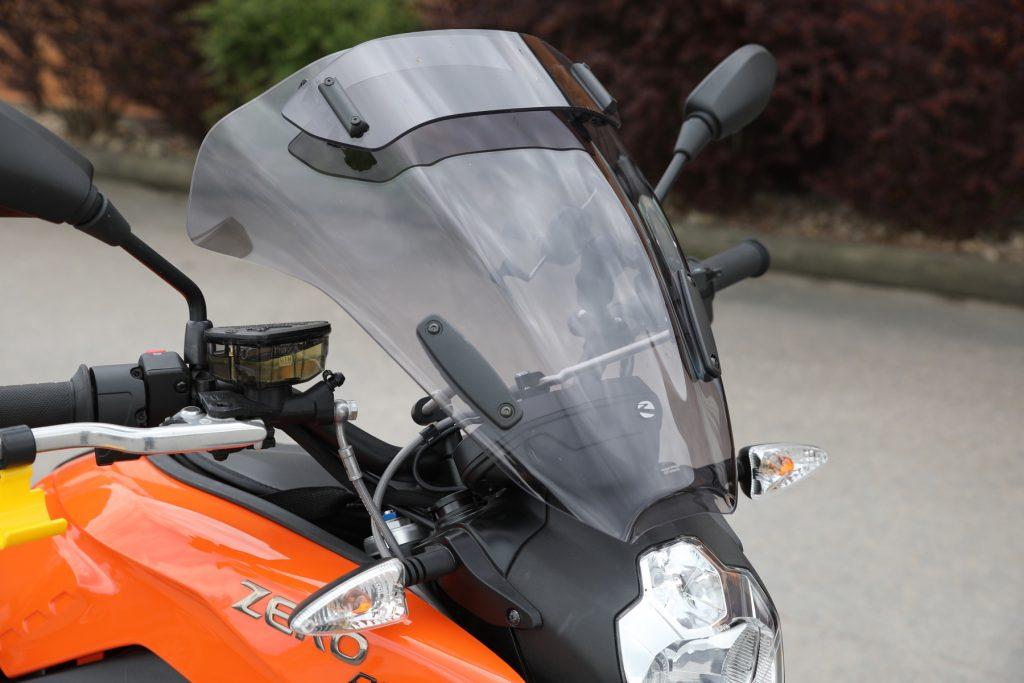 Touring screen, hög ruta med vindavvisare - 2325 kr. Hela rutan är enkelt vinklingsbar och vindavvisaren kan även justeras under färd.