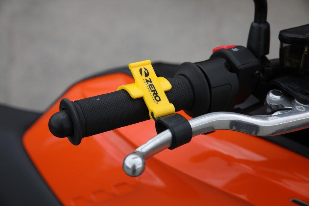 Smart parkeringsbroms - 125 kr. Eftersom Zero saknar växellåda kan du inte parkera i backe med växel i som förhindrar rullning. Här är en smart lösning som använder handbromsen som parkeringsbroms.