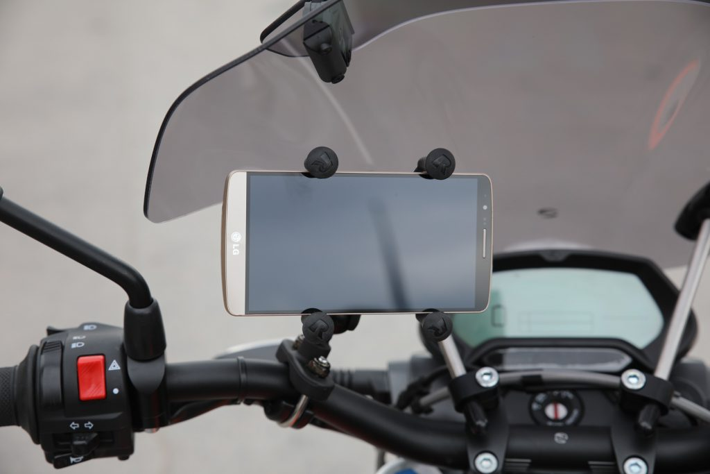 Vinklingsbar mobilhållare för styret - 795 kr. Extra intressant eftersom du kan koppla ihop din mobil med Zero via Bluetooth, trimma körlägen, läsa av status och använda mobilen som en extra informationsskärm under färd.