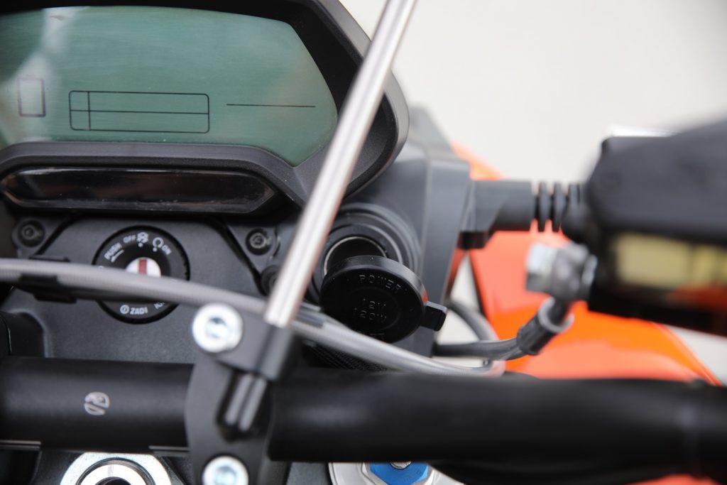 12 volts eluttag som monteras i styrhuvudet - 895 kr. USB-laddning till mobilen, driv GPS:en eller valfri utrustning - batterikraft finns så det räcker. Passar på alla Zero men monteras lite olika. Det finns därför två olika kit - ett för Zero S, SR, DS och DSR samt ett för FX och FXS.