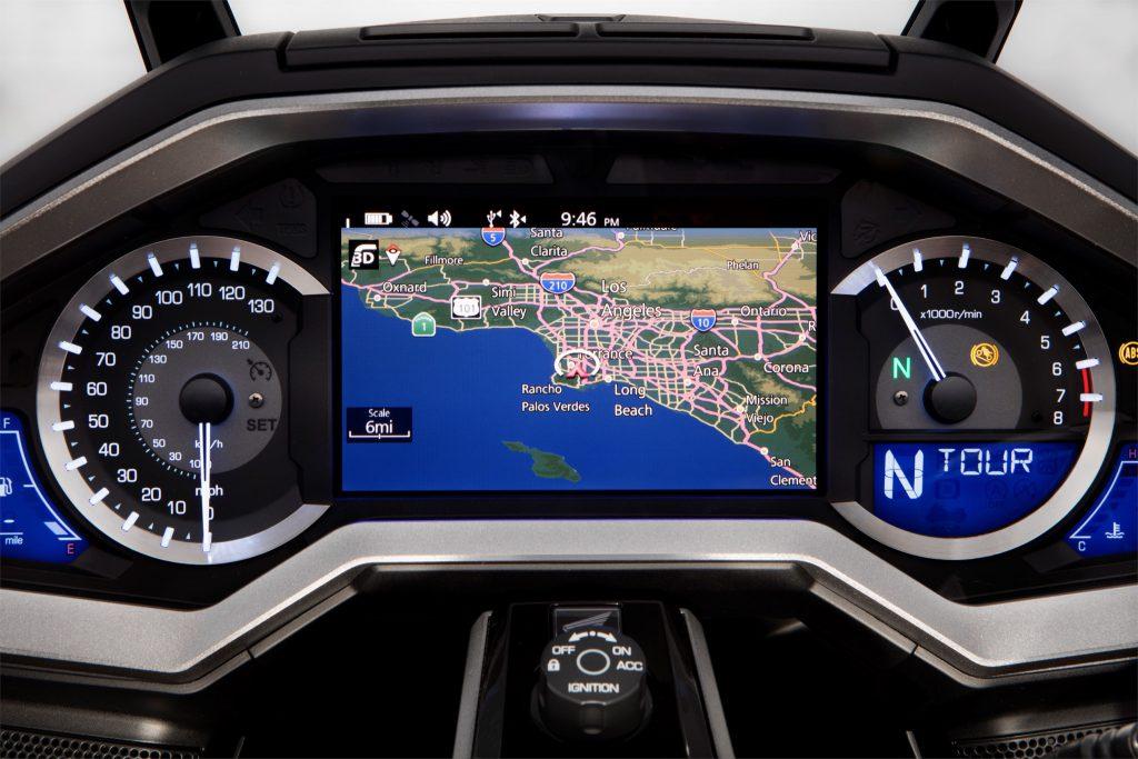Instrumenteringen är ersatt avstora bildskärmar. Förutom all underhållning med Apple Car Play, Bluetooth och navigation finns fyra olika körlägen som justerar traction control, fjädring och bromsstyrka.