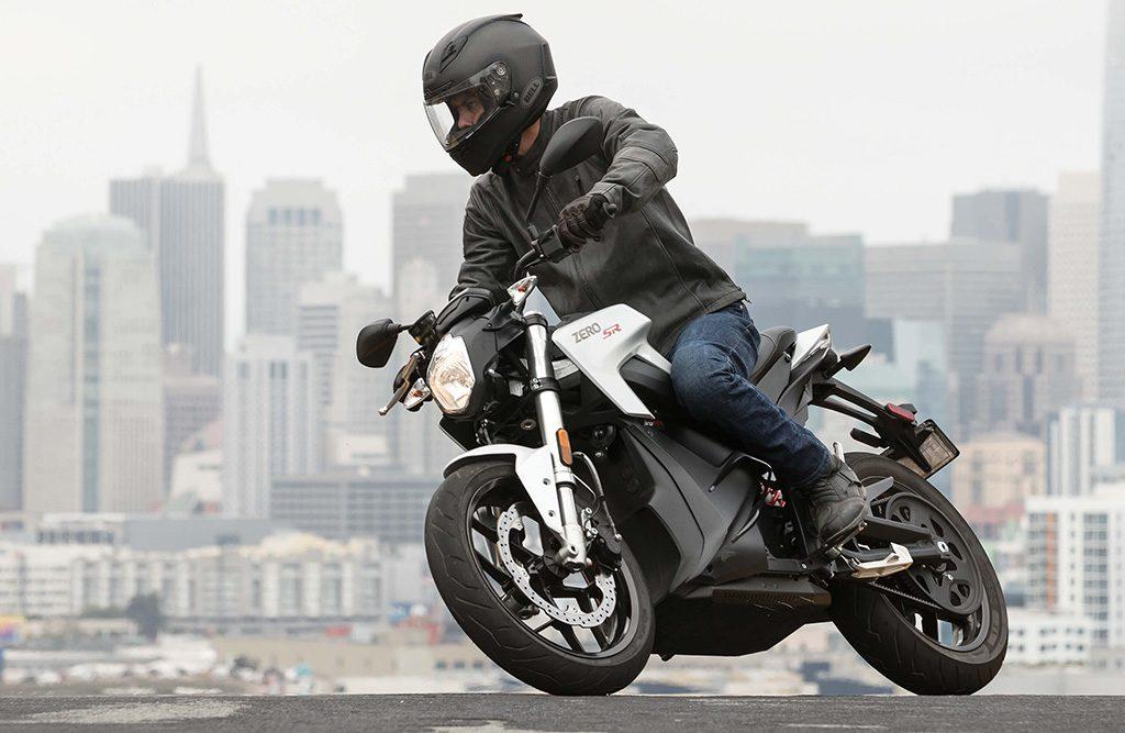 <em>Clean och elegant – Zeros storsäljare SR gör sig bra i pärlemovit kostym mot det svarta. Klicka på bilden för att se mer om Zero SR 2018.</em>