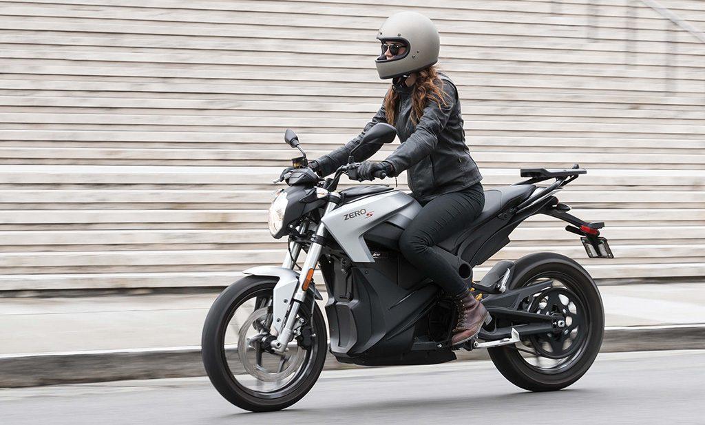 <em>Glänsande och futuristisk – Zeros smarta gathoj S sticker ut och blir riktigt häftig i sin nya silver outfit. Klicka på bilden för att se mer om Zero S 2018.</em>