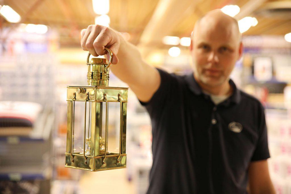 Cargo, fotogenlampa i massiv mässing med upphängningsbygel.