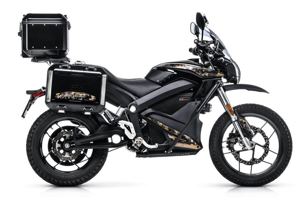 Zero DSR Black Forest Edition är Zero Motorcycles mest exklusiva och fullt utrustade version av toppmodellen DSR. Under alla godsaker hittar du värstingmotorn med157 Nm i vrid och ett batteri på 14,4 kWh som ger en räckvidd på upp till 26 mil.