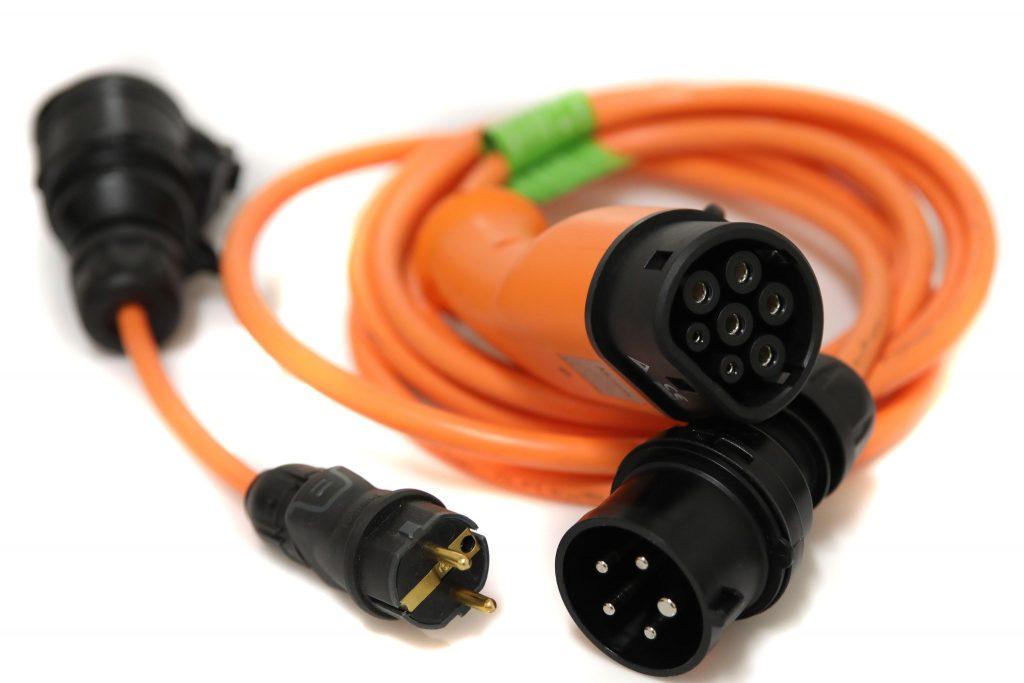Adapterkabel med reglerbar effekt mellan 1,4 kW och 11 kW för smidig laddning från vanliga eluttag. Typ 2, trefas, 400 V, 6-16 A, 5 m spiralkabel, inklusive 3-fas till 1-fas-adapter. 7 495 kr.